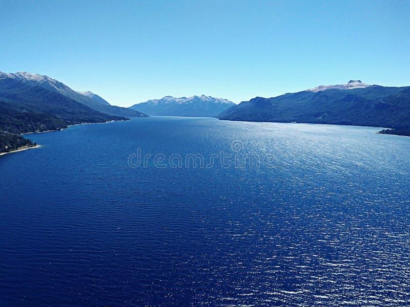 Blauer See, blauer Himmel lizenzfreie stockfotografie