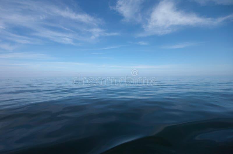 Blauer See- und Himmelhorizont mit Wolken lizenzfreies stockbild