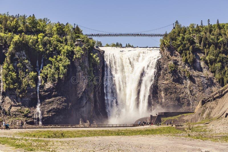 Blauer See und starker Wasserfall Montmorency in Montmorency fällt Park, in Quebec stockfotografie