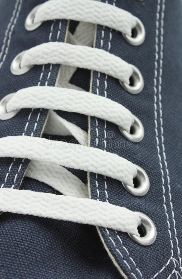 Blauer Segeltuch-Schuh lizenzfreie stockbilder