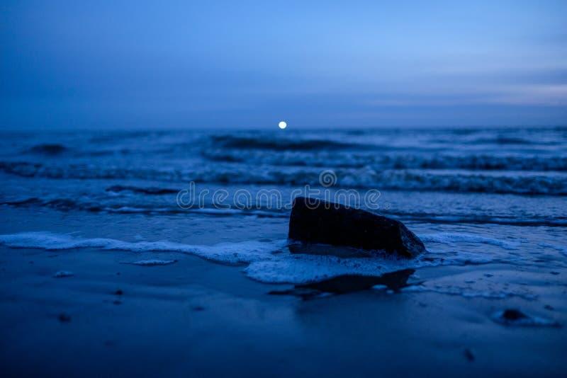 Blauer Sonnenuntergang mit Leuchtturmlicht an der Nordküste lizenzfreies stockbild