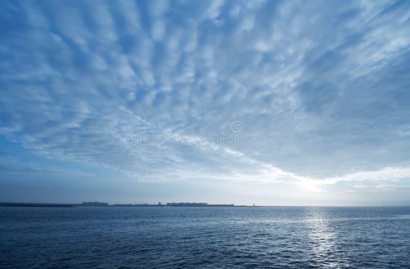 Blauer Sonnenunterganghintergrund stockfoto