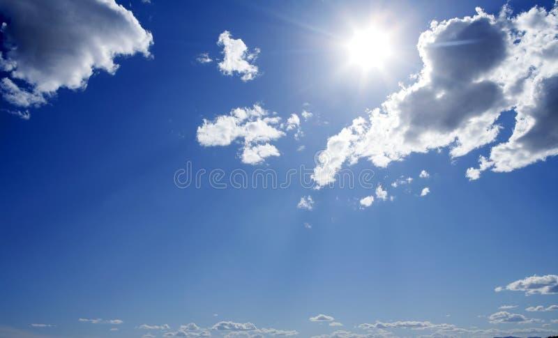 Blauer sonniger Tageshimmel mit Wolken lizenzfreies stockbild