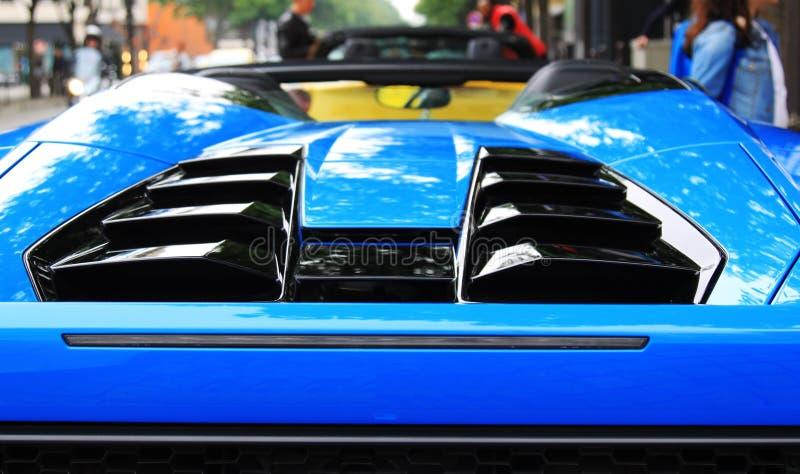 Blauer Sportautospoiler stockbilder