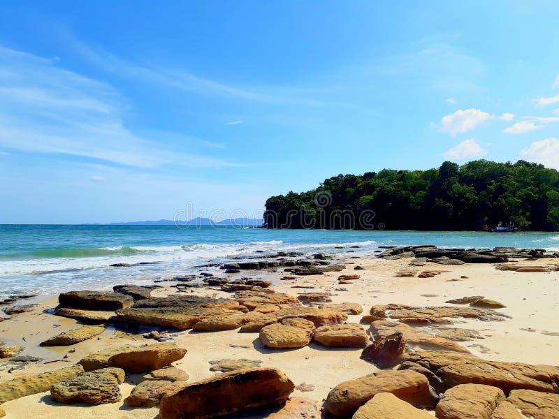 blauer Strand mit Felsen in Thailand stockbilder