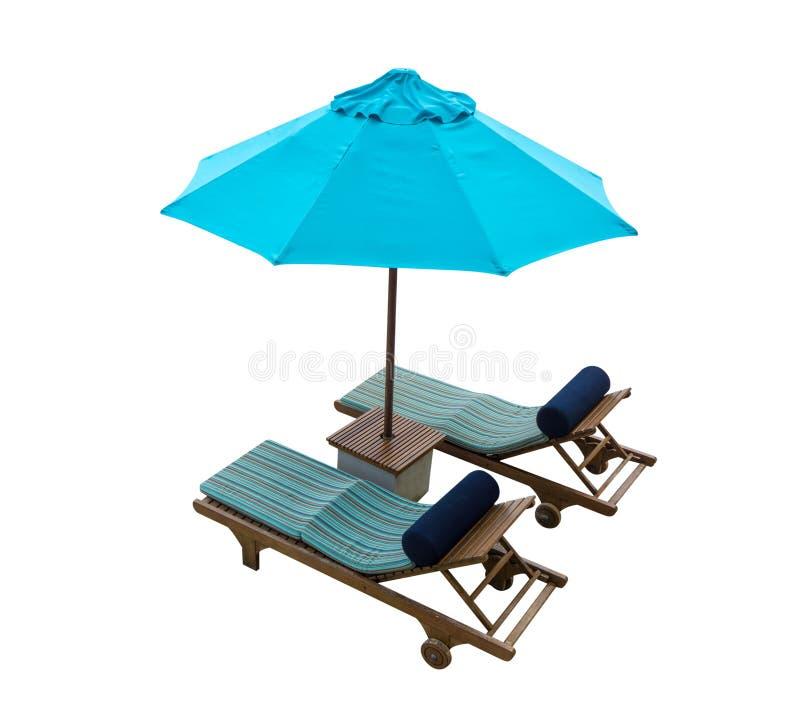 Blauer Strandstuhl mit dem Regenschirm lokalisiert auf weißem Hintergrund stockbild