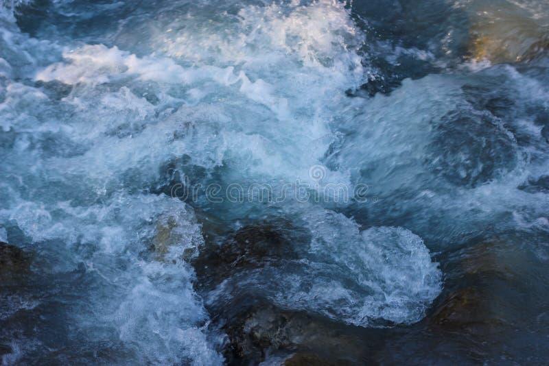 Blauer Strom des flüssigen Wassers von Gebirgsfluss lizenzfreie stockfotos