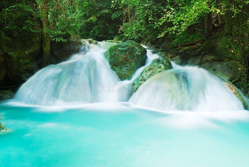 Blauer Stromwasserfall lizenzfreies stockfoto