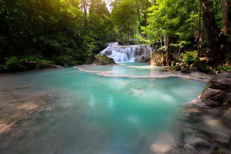 Blauer Stromwasserfall in Kanjanaburi lizenzfreie stockbilder