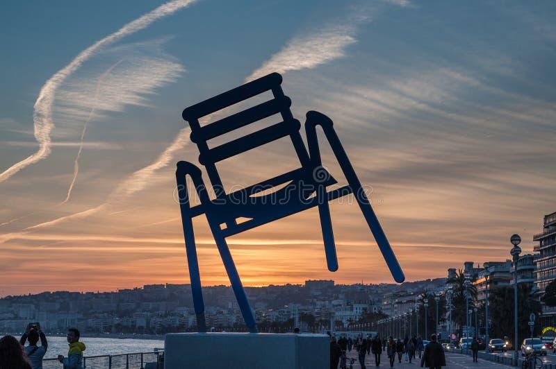 Blauer Stuhl: Sonnenuntergang in Nizza, französischem Riviera stockfotos