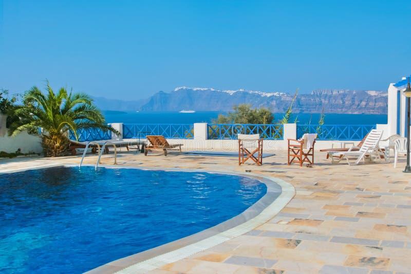 Blauer Swimmingpool in Fira, Santorini, Griechenland. lizenzfreies stockbild