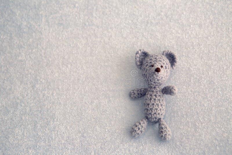 Blauer Teddybär gestricktes Spielzeug lizenzfreie stockbilder