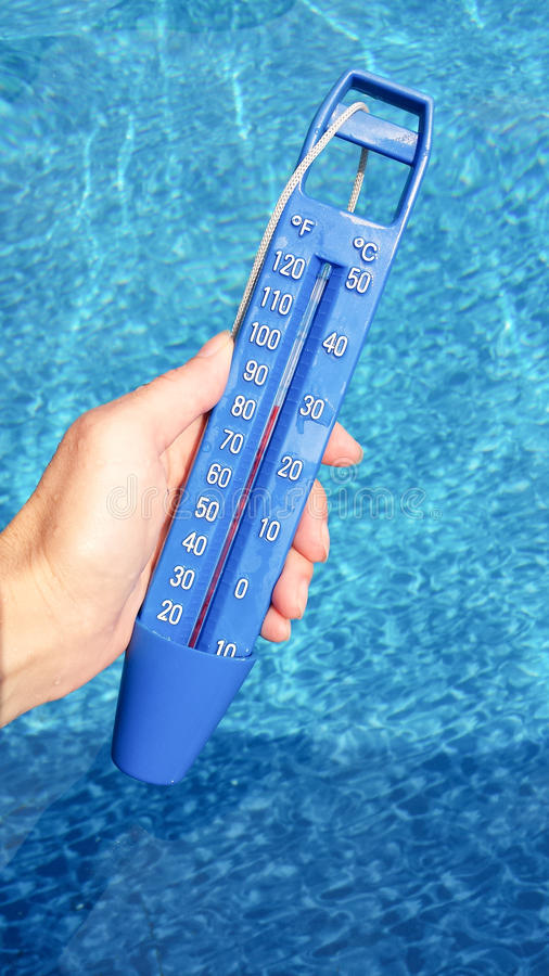 Blauer Thermometer im Pool lizenzfreie stockbilder