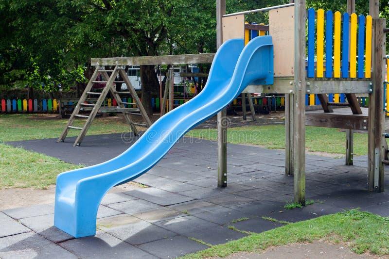 Blauer Toboggan mitten in einem Spielplatz lizenzfreie stockbilder
