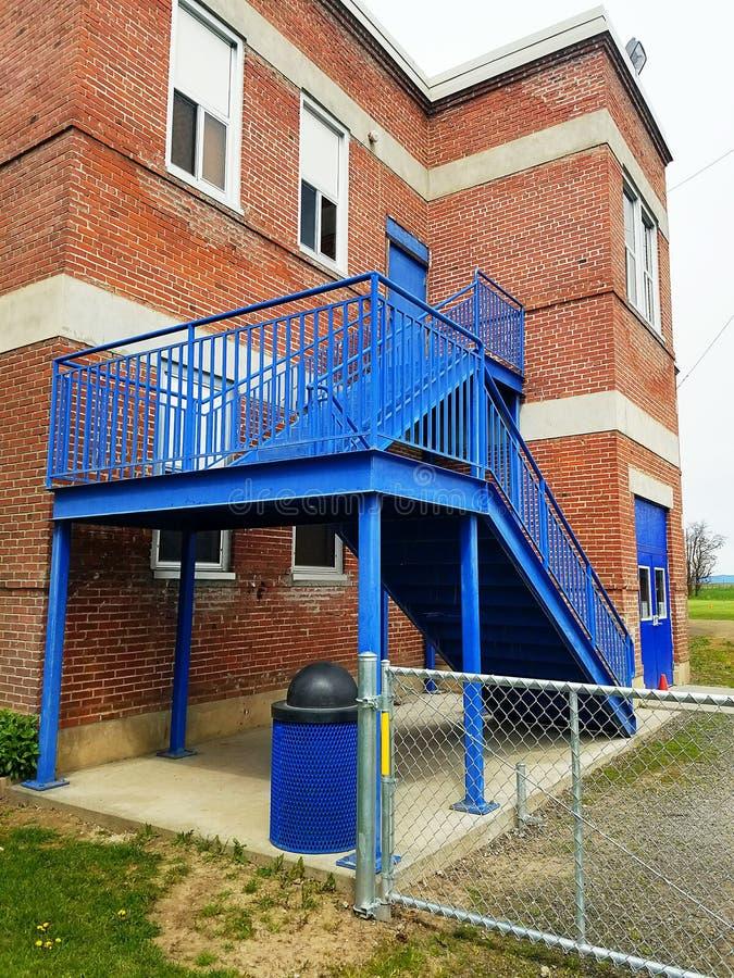 Blauer Treppenhausschacht stockbild