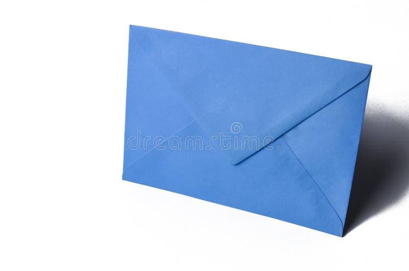Blauer Umschlag getrennt auf einem wei?en Hintergrund Kopieren Sie Platz lizenzfreie stockfotos