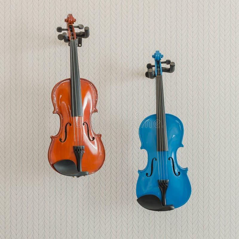 Blauer und brauner Violinenfall auf Wand stockfotografie
