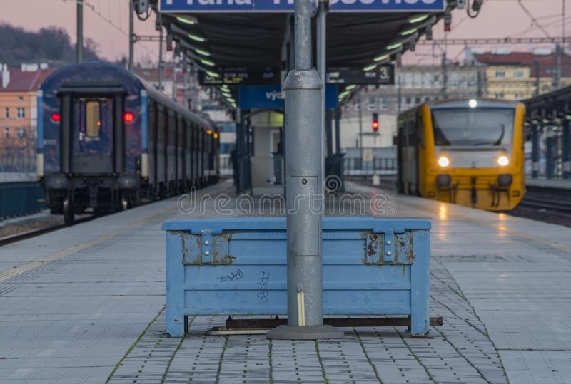 Blauer und gelber elektrischer und Dieselzug in Holesovice-Station in der Hauptstadt Prag lizenzfreie stockfotografie