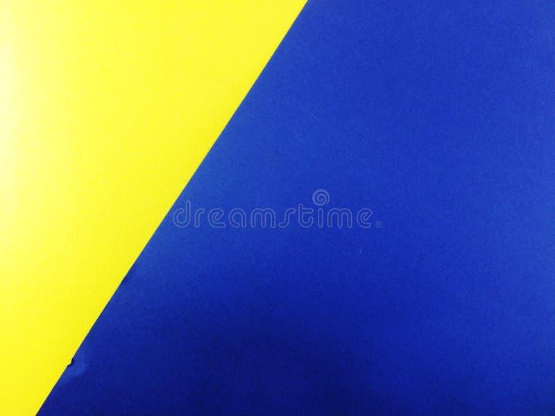 blauer und gelber Papierhintergrund gemacht von den verschiedenen Farben mit Kopienraum stockbild