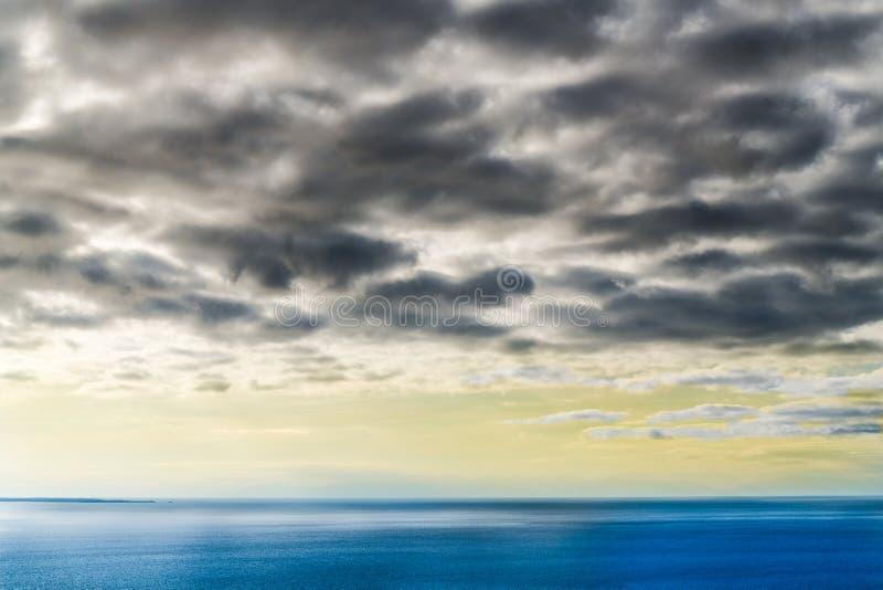 Blauer und gelber Sonnenuntergang stockfotografie
