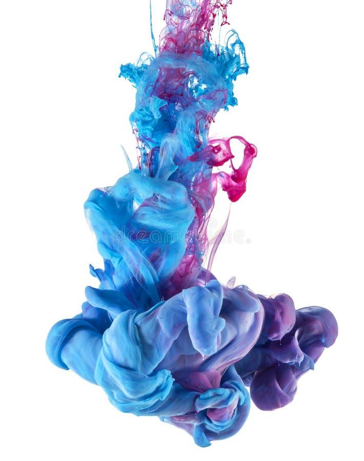 Blauer und rosa Tintenfarbtropfen Unterwasser stockbilder