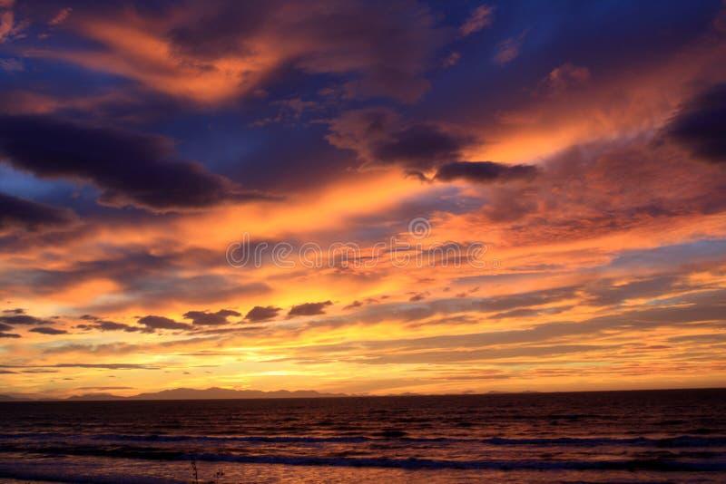 Blauer und rosafarbener Sonnenuntergang stockbild