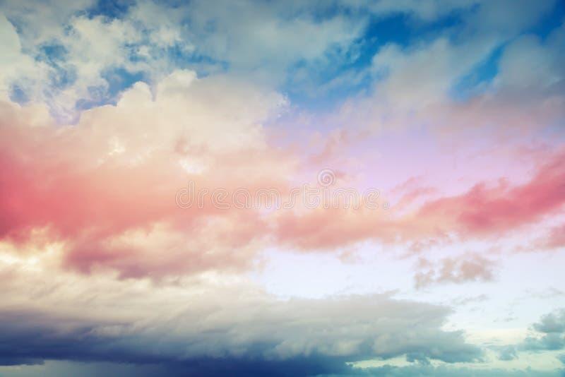 Blauer und roter Hintergrund des bewölkten Himmels, getonter Filtereffekt lizenzfreie stockfotos