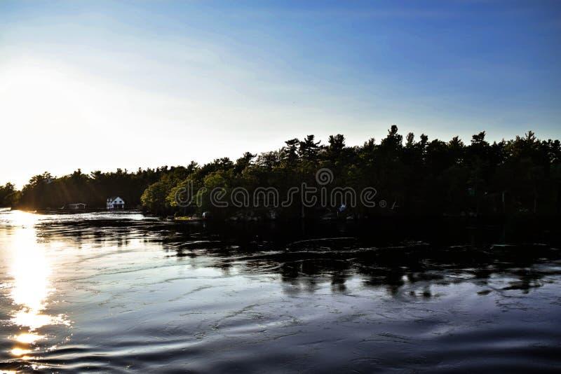 Blauer und schwarzer See lizenzfreies stockbild