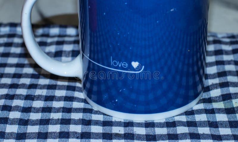 Blauer und weißer Becher mit Liebesmotiv lokalisiert stockbild