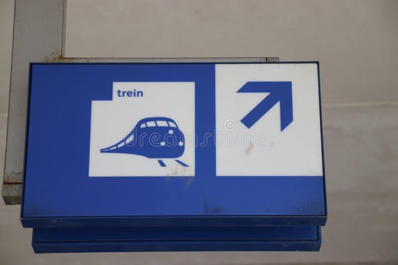 Blauer und weißer Wegweiser zu den Plattformen für die Züge lizenzfreies stockfoto
