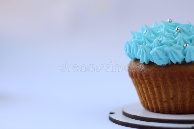 Blauer Vanillepuddingkleiner kuchen, Geburtstagskonzept stockbilder