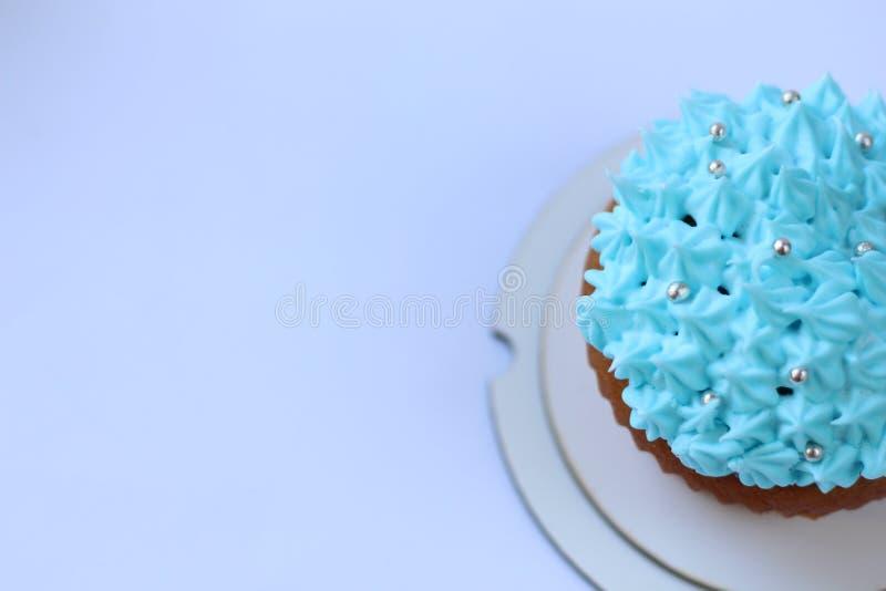 Blauer Vanillepuddingkleiner kuchen, Geburtstagskonzept stockfoto