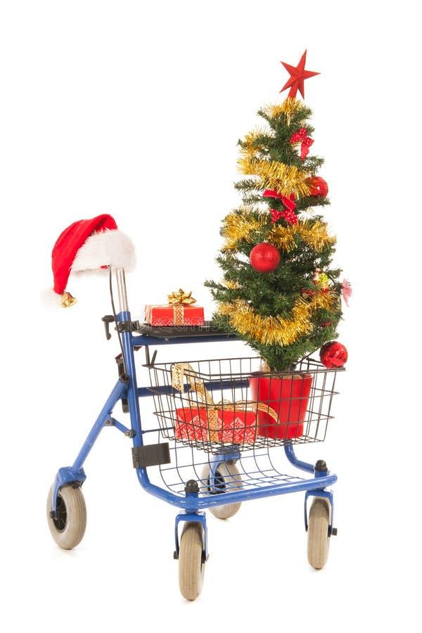 Blauer Wanderer mit Weihnachtsbaum und Geschenken lizenzfreie stockfotografie