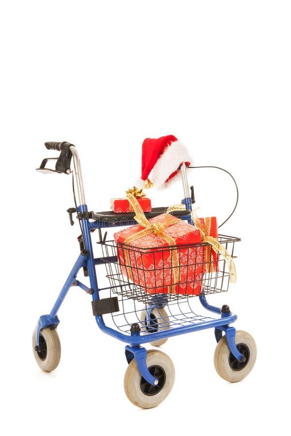 Blauer Wanderer mit Weihnachtsgeschenken stockfotografie