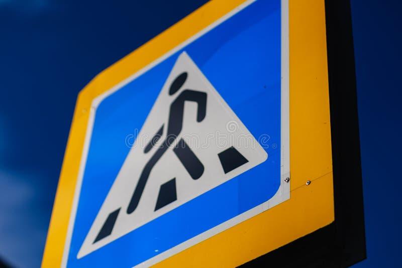Blauer warnender Fußgänger des Zebrastreifenzeichens verkehr lizenzfreie stockfotos