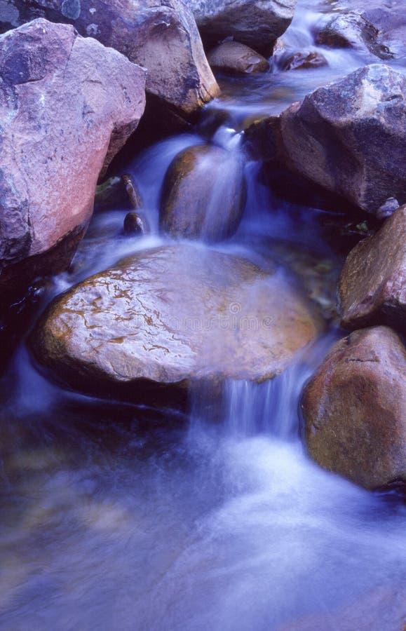 Blauer Wasserfall lizenzfreie stockbilder