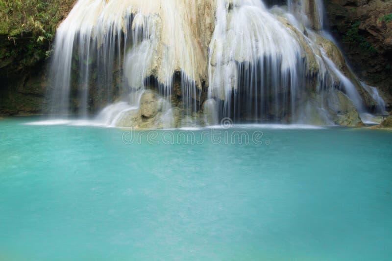 Blauer Wasserfall am tropischen Wald in Thailand lizenzfreies stockbild