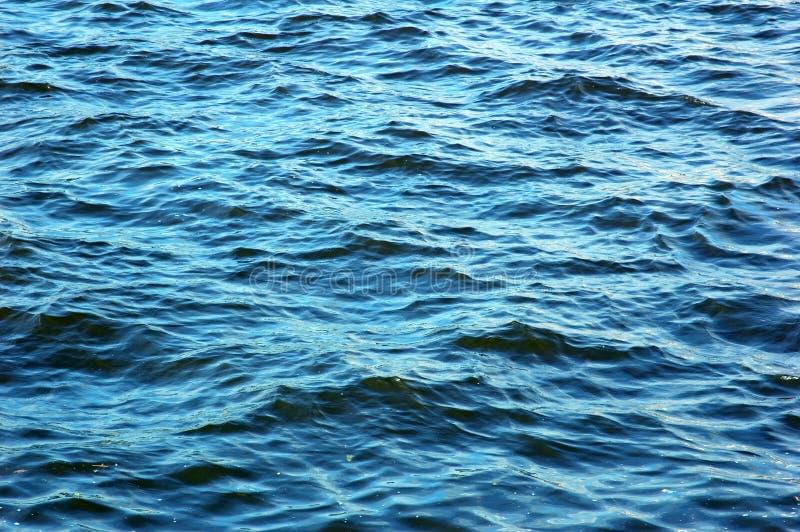 Blauer Wasserstrom lizenzfreie stockfotografie