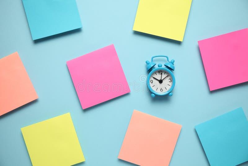 Blauer Wecker und eine Anzeigenanmerkung Schmutz-Hintergrund f?r Ihre Ver?ffentlichungen Kopieren Sie Raum f?r Text lizenzfreie stockfotografie