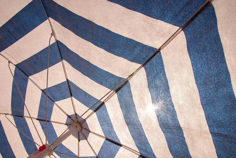 Blauer weißer Sonnenschirm als Hintergrund lizenzfreies stockbild