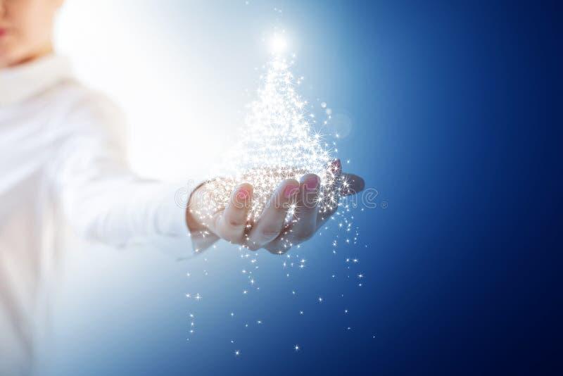 Blauer Weihnachtsbaum in der Hand stock abbildung