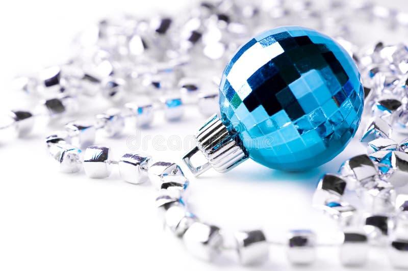Blauer Weihnachtsflitter mit silberner Dekoration stockfotografie