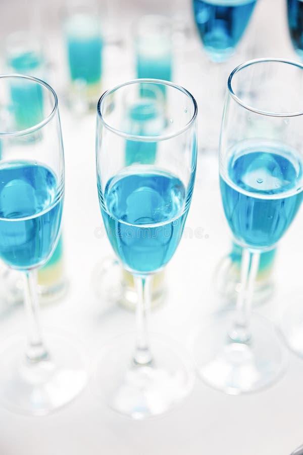 Blauer Wein in den Gläsern stockfotografie