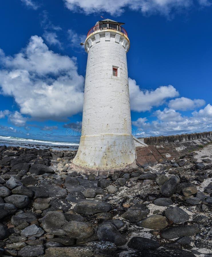 Blauer Weitwinkelhimmel des Leuchtturmes mit Wolken lizenzfreie stockfotografie