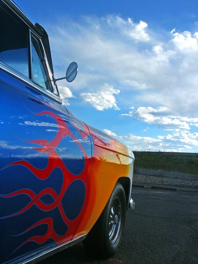 Blaues amerikanisches Hotrod mit flam lizenzfreies stockfoto