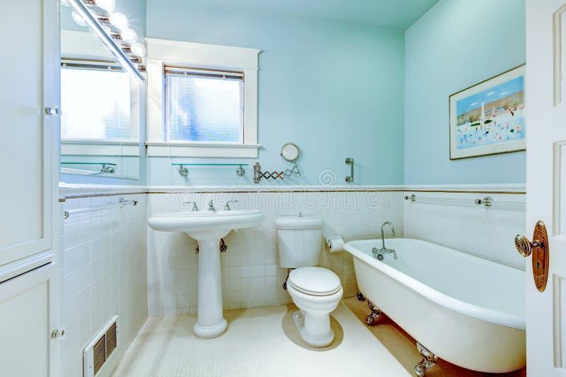 Blaues antikes elegantes Badezimmer mit weißer Wanne. stockfotos