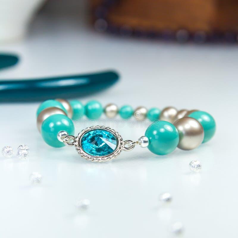 Blaues Armband mit blauem Kristallstein stockfotografie