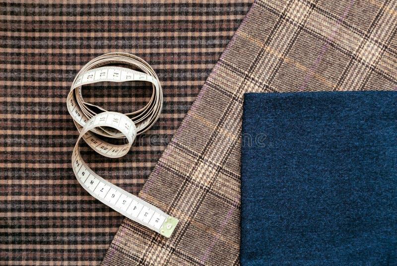 Blaues auserlesenes Designatelier des Threadgewebewollstellen nähendes Mannkäfigs Maßband vieler unterschiedlichen Sachen Farbher stockfoto