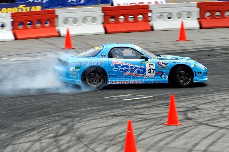 Blaues Auto, das an einer Konkurrenz treibt lizenzfreie stockfotografie