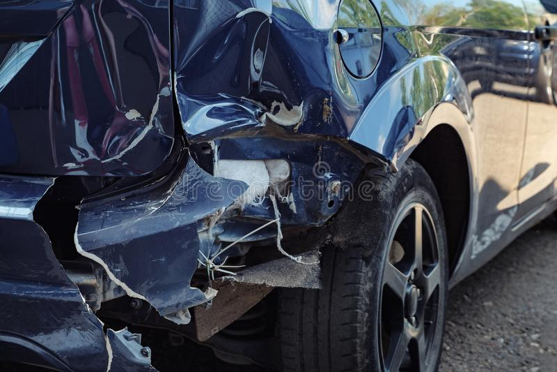 Blaues Auto mit einer großen Einbuchtung auf der hinteren Haube lizenzfreie stockfotos